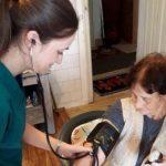 Медсестри преглеждат безплатно стари хора по домовете им от лятото